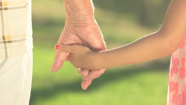 kéz a lány és nagyapa együtt.