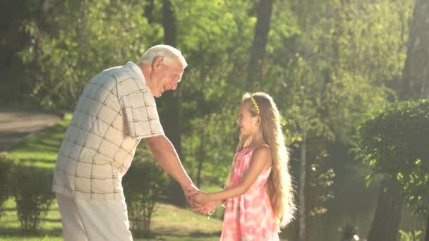 Starší muž s vnouče má komunikace.