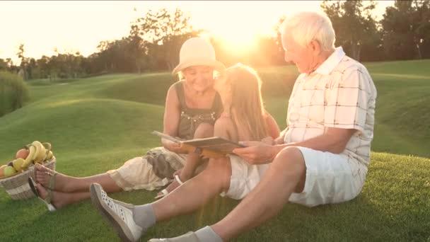 Dívka líbání babička venkovní