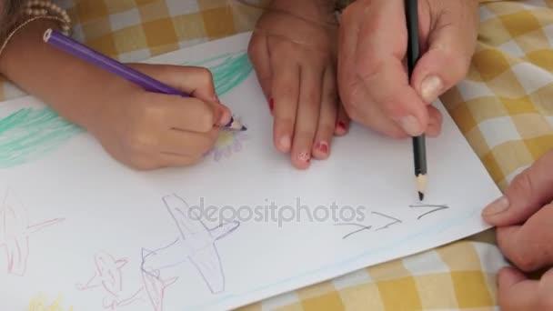 Kezét a lány, és drandpa rajza együtt