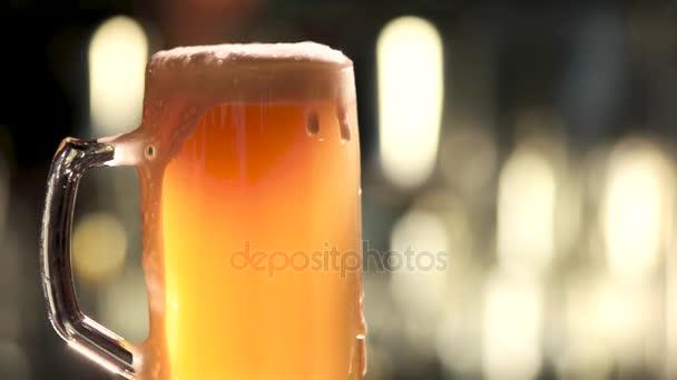 Sklenice piva otáčení a přetékání.