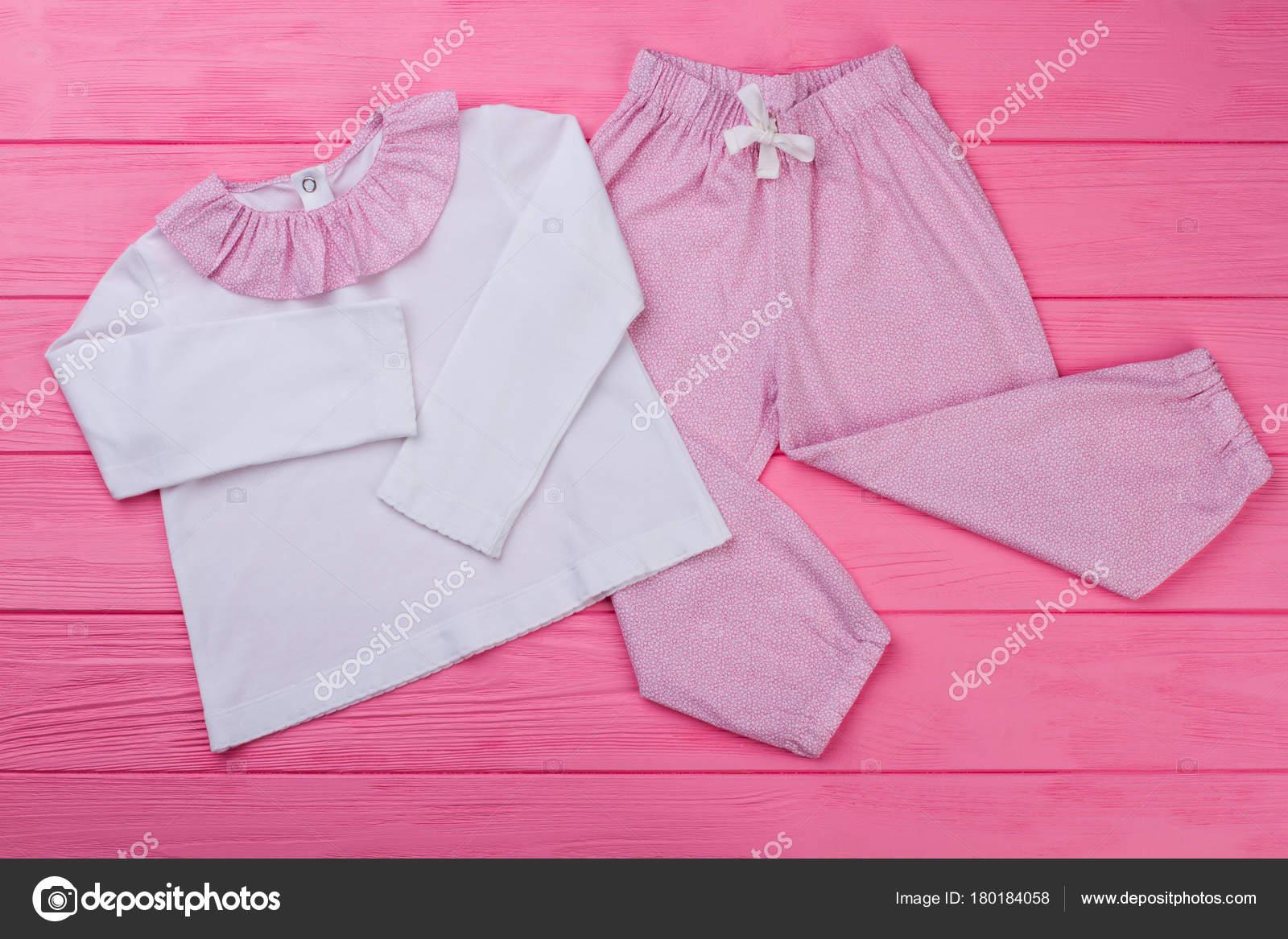 1f0e141a8ab8 Chicas top y pantalones pijama en fondo madera. Rosa y blanco. Ropa cómoda  para dormir bien — Foto de Denisfilm
