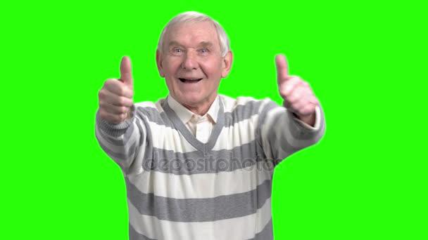 Boldog nagypapa mutatja két hüvelykujj-fel.
