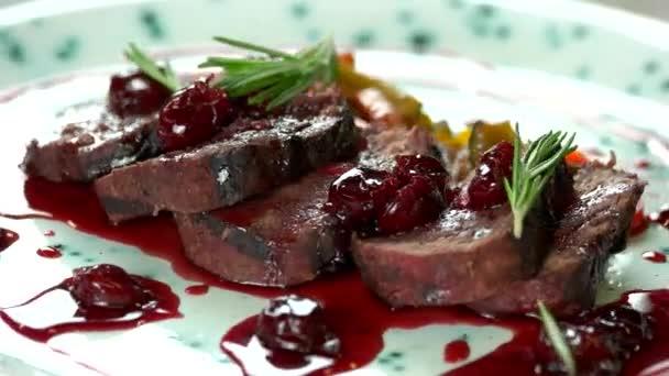 Pečené telecí maso s omáčkou