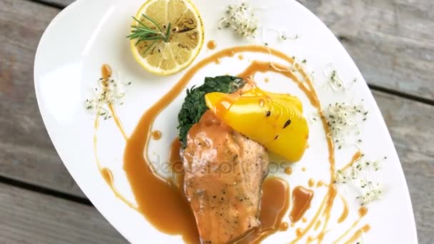 Gegrillter Lachs, Gemüse und sauce