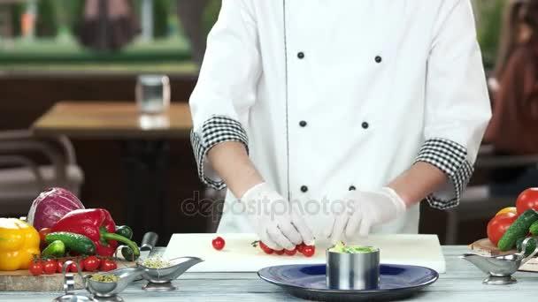 Šéfkuchař připravuje jídlo.