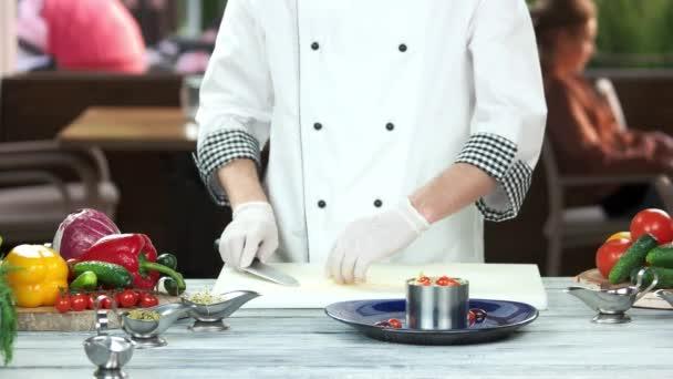 Séf készít nicoise saláta.