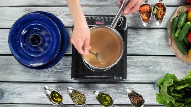 Ruce, vaření polévky pohled shora