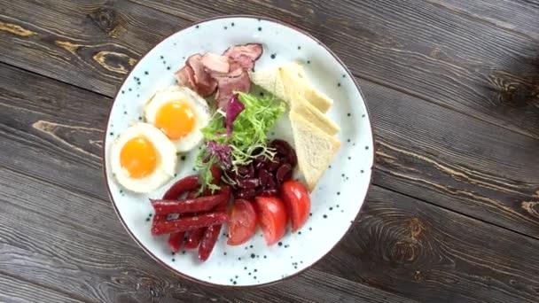 snídaně na dřevěné pozadí