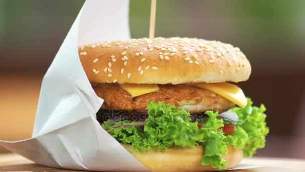 Kuřecí burger zblízka