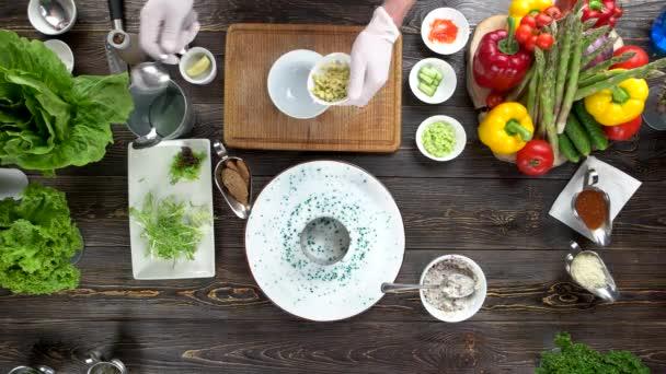 Ruce, přípravy a zdobení jídla.