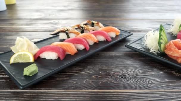 Nigiri, sashimi, dřevěný stůl