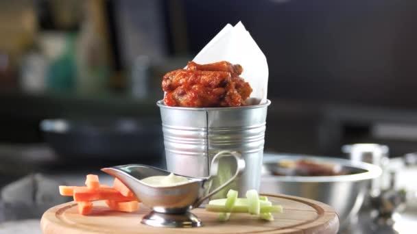 Csirke szárny, a zöldségek és a mártással.