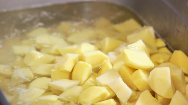 Nakrájené syrové brambory zblízka