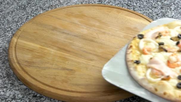 Mořské plody pizza na dřevěné desce