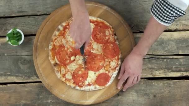 Kuchař, používající Kráječ na pizzu
