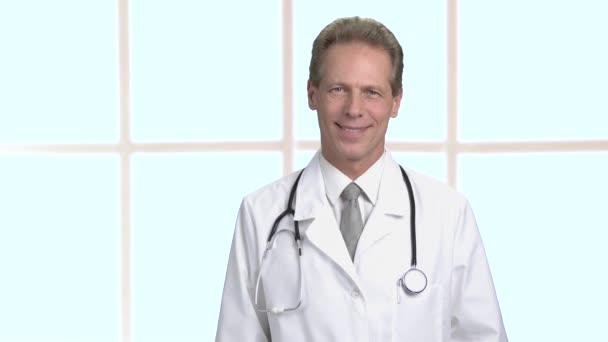 Portrét usmívající se středním věku lékaře v laboratorní plášť s stetoskop.
