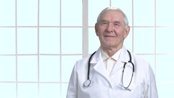alter lächelnder Oberarzt mit Stethoskop.