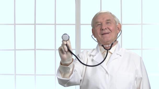 Velmi starý doktor pomocí stetoskopu v nemocnici.