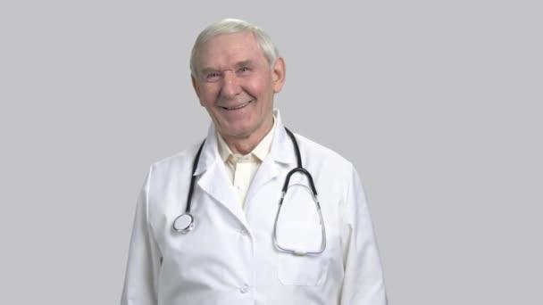 Portrét starého atraktivní smějící se doktor s stetoskop.