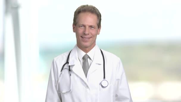 Veselá zralý muž Doktor usmívající se zuby