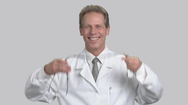 Jsem rád, že šťastný střední věku muž na sobě stetoskop.