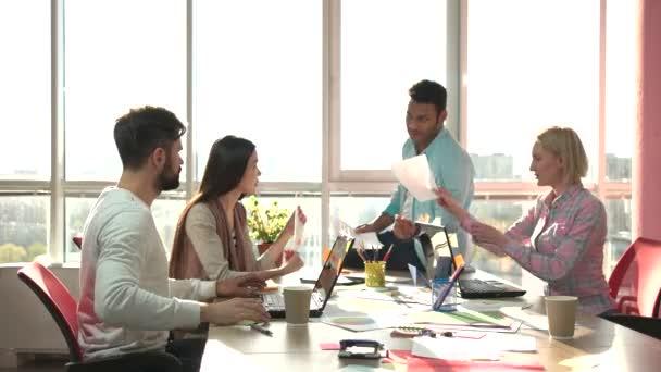 Teamwork Konzept fröhliche Mitarbeiter unter Papiere