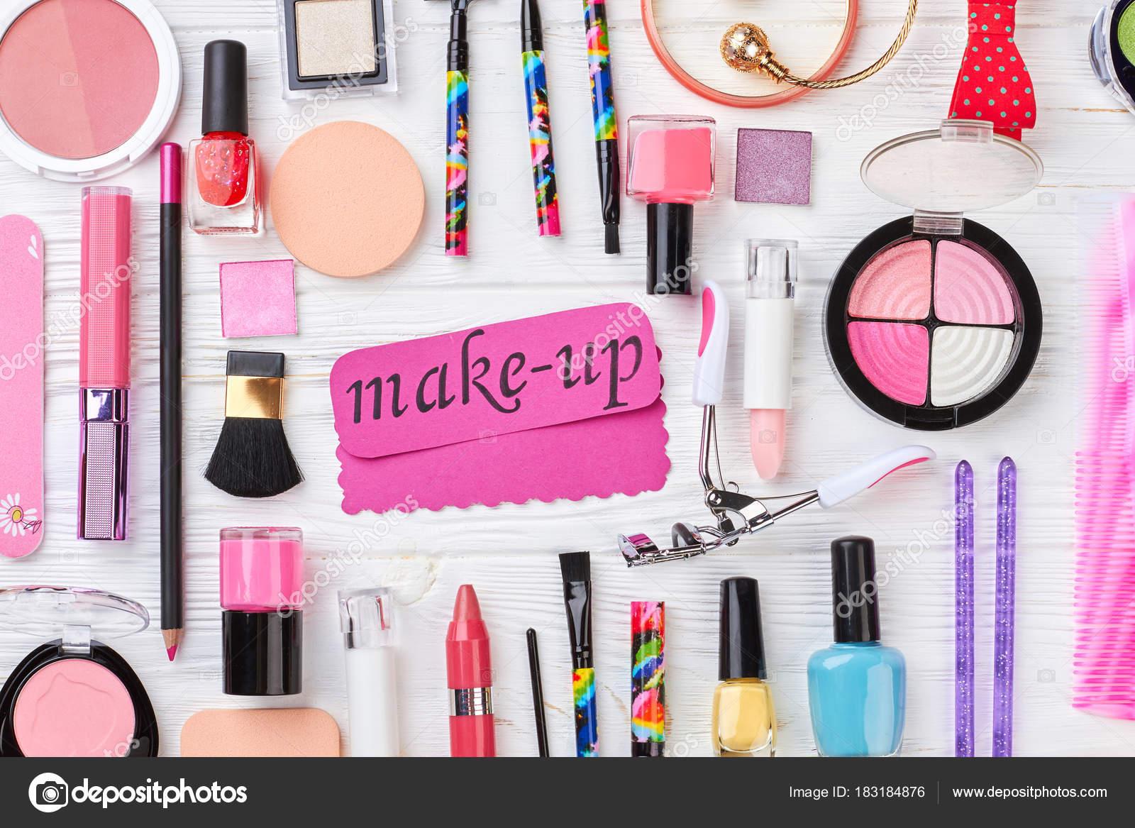 da285ea0c Cosméticos de belleza damas y accesorios. Productos cosméticos coloridos y  joyas sobre fondo blanco de madera. Conforman la colección de accesorios de  moda ...