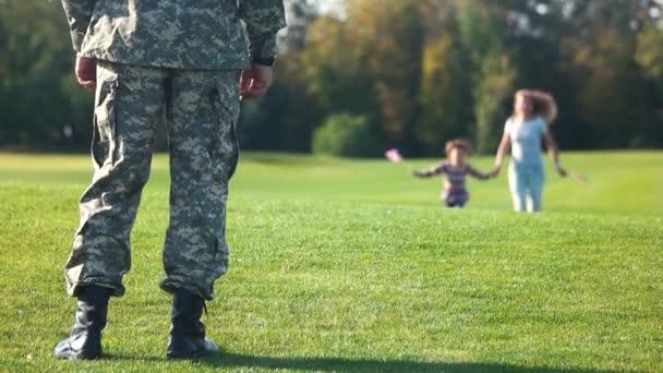 Madre felice e figlia che funzionano al padre, vista frontale