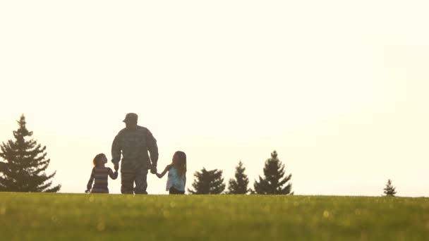 Bassa terra vista, soldato con bambini che camminano