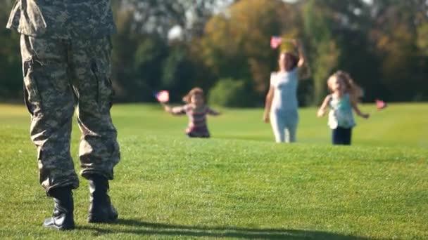 Militare uomo che abbracciare due figlie
