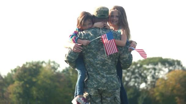 Due adorabili bambine con sfondi gratis usa abbracciano loro padre