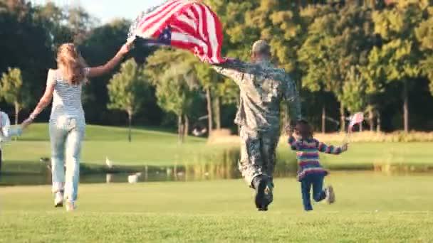 Rückansicht patriotischen Familie laufen mit Hintergrund.