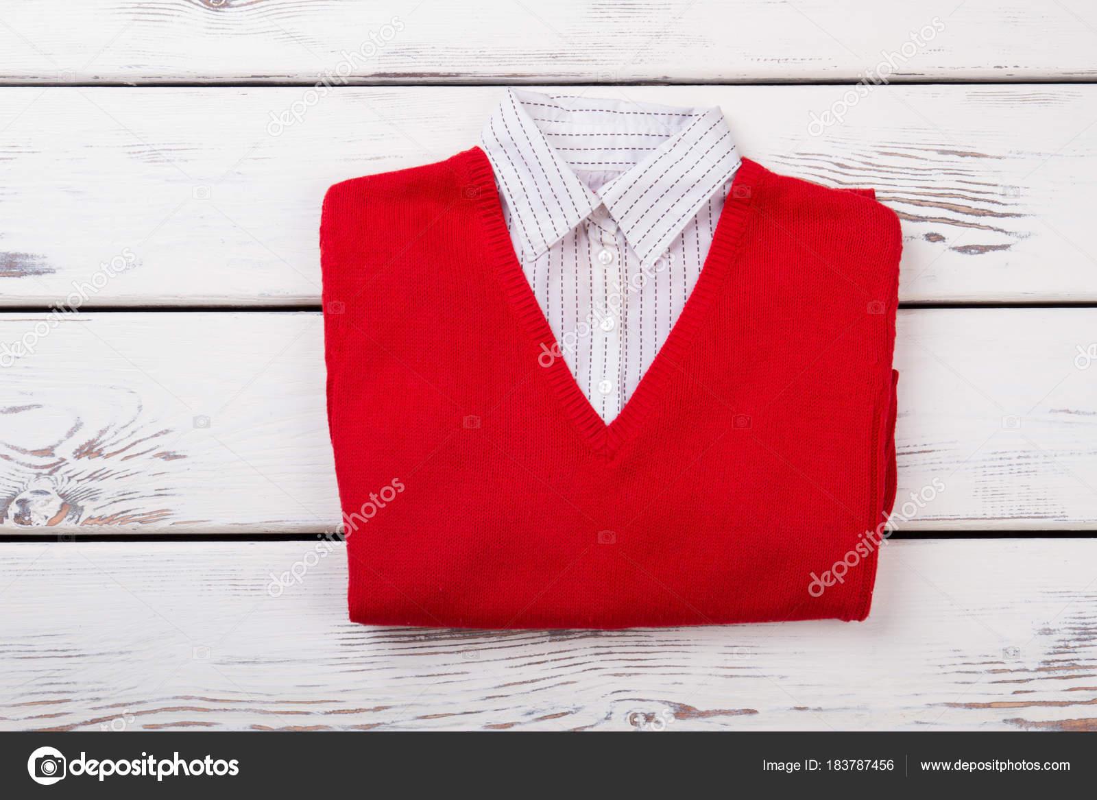 ea55cf8c72 Γυναικεία πουλόβερ κόκκινο με λευκό γιακά — Φωτογραφία Αρχείου ...