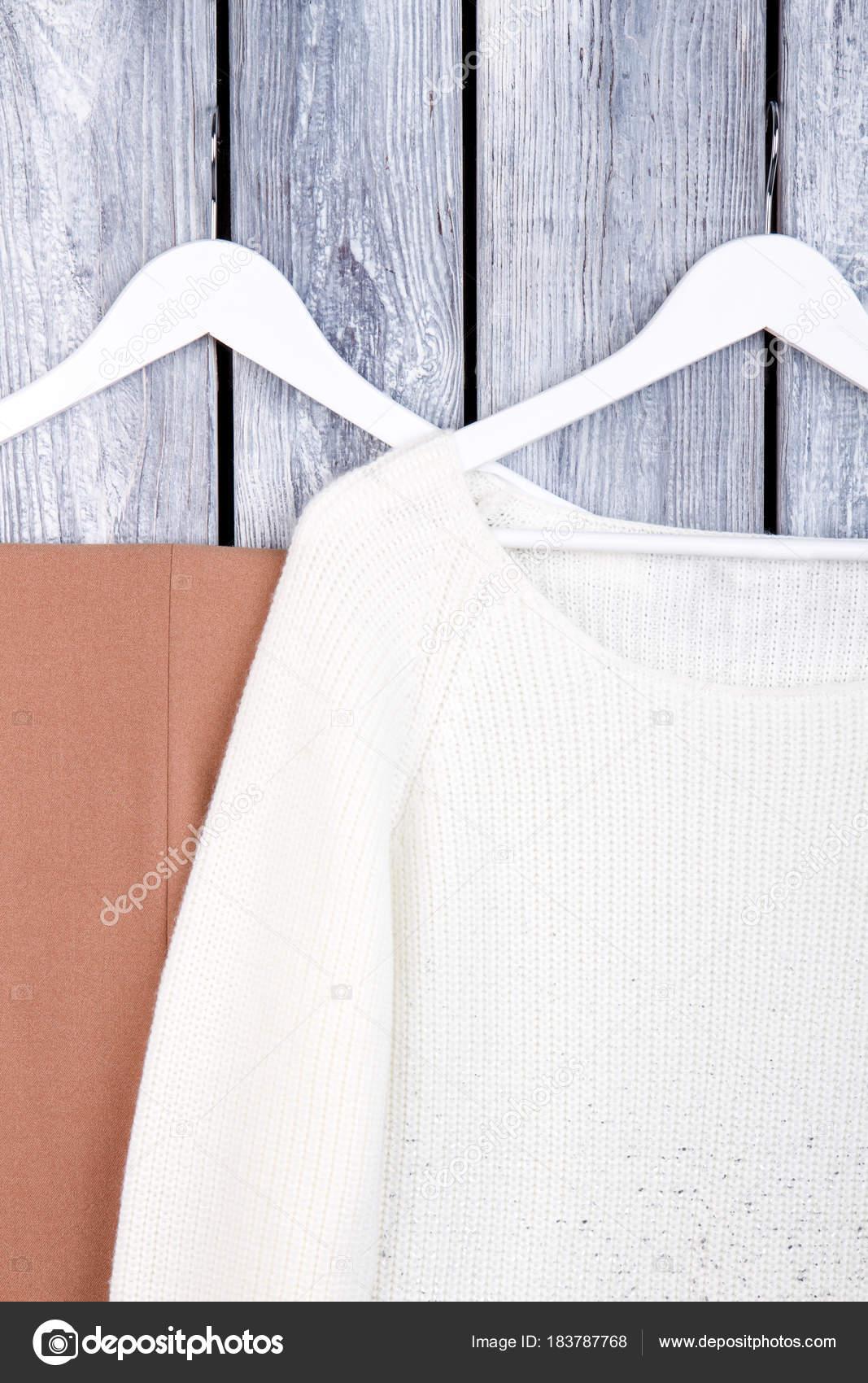 Frauenkleidung hängen weiße Kleiderbügel — Stockfoto © Denisfilm ...