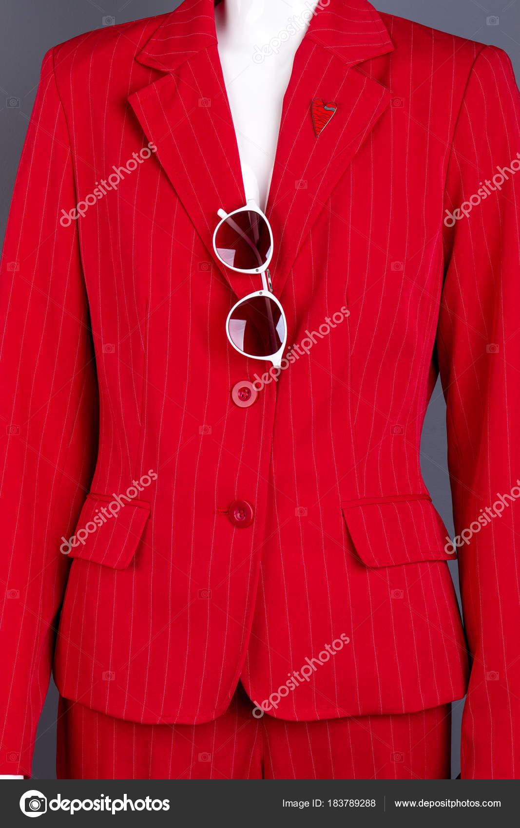 newest a5071 42e11 Chiuda in su giacca donna rossa con gli occhiali da sole ...