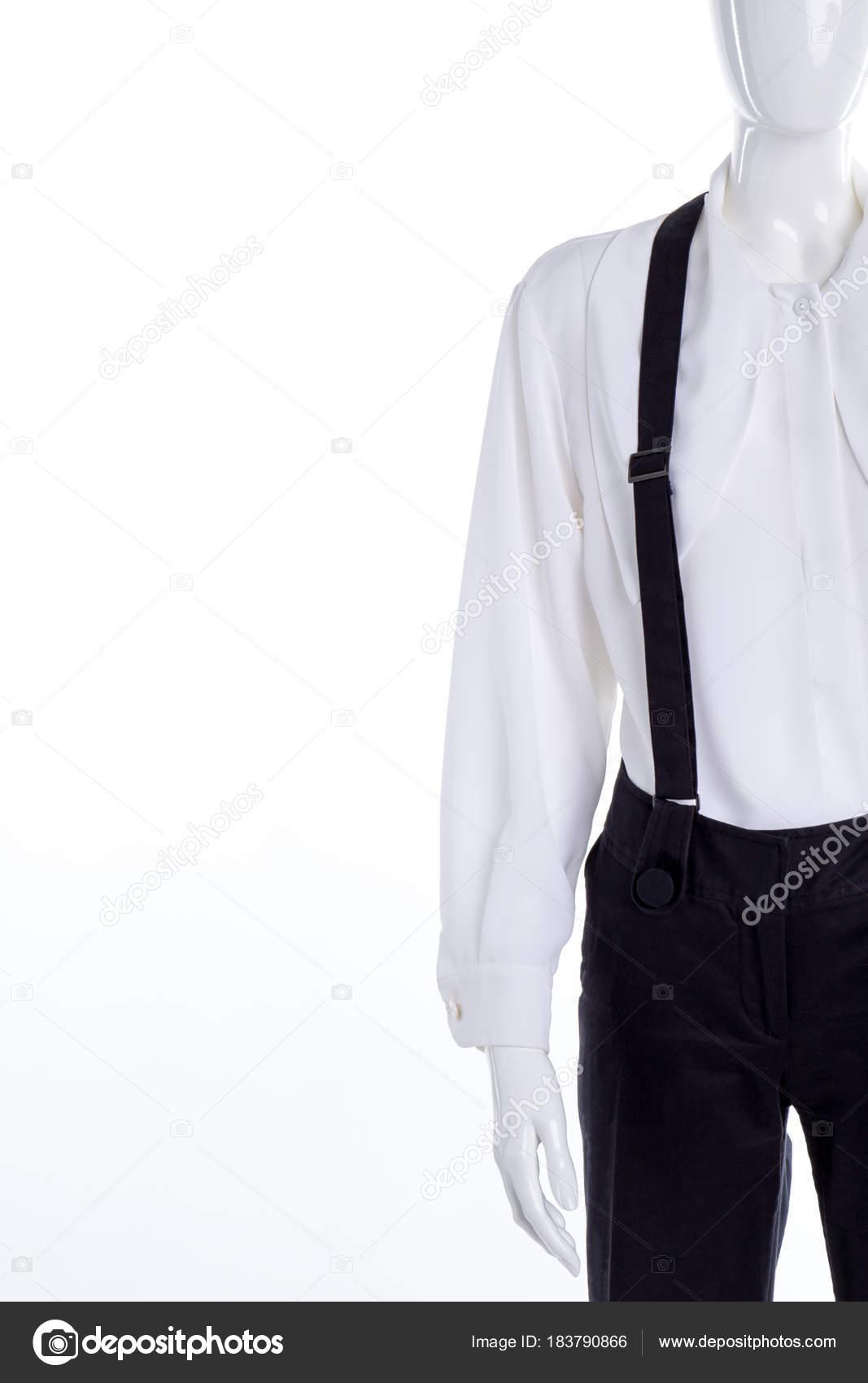 b56afcc1fb Pantaloni con bretelle e camicia bianca. Chiuda in su femmina classica camicia  e pantaloni neri con le parentesi graffe, lo spazio della copia — Foto di  ...