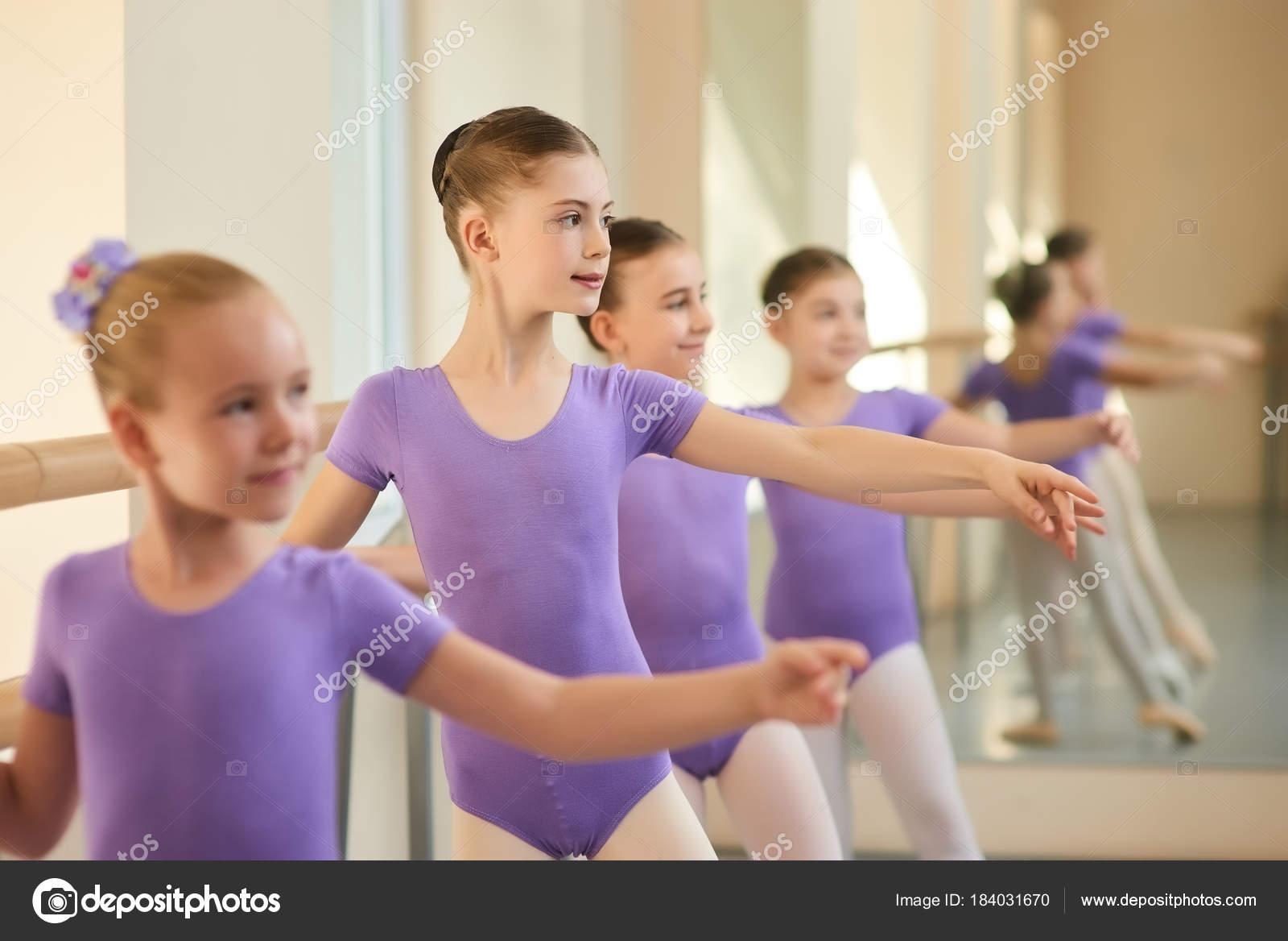 Niños en clase de baile de Ballet — Foto de stock © Denisfilm #184031670