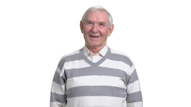 Nagyapja nevetve, fehér háttér.