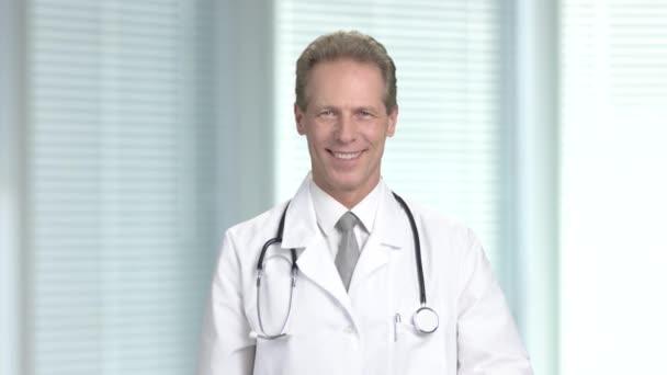 Arzt mit Pillen gestikulieren Daumen oben.