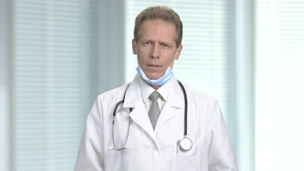 Frustrovaný muž Doktor na rozostřeného pozadí.