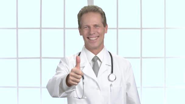 Lékař ukazuje palec nahoru