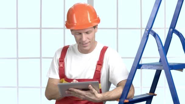 fröhlicher Ingenieur mit PC-Tablet.