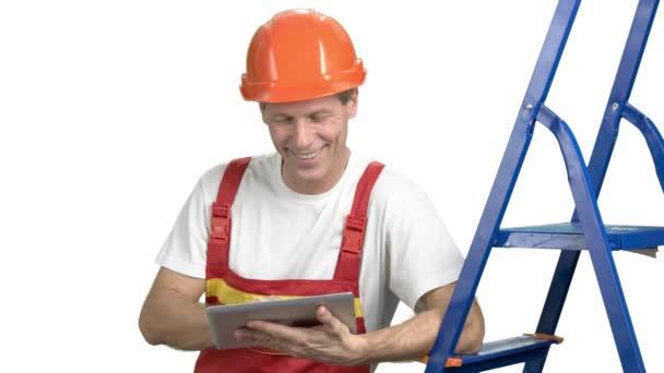 Bauingenieur mit digitalem Tablet.