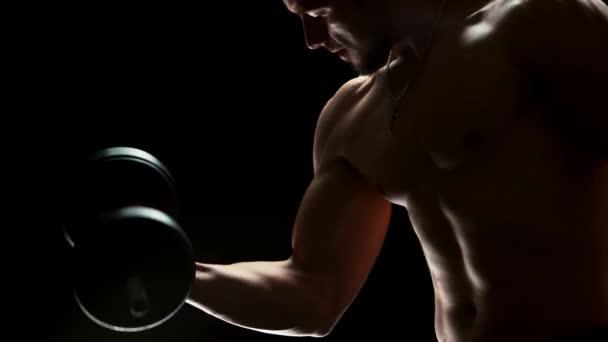 Silný mladý sportovec trénuje s činka.
