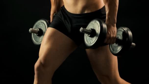 Sportovec s nahý trup dělat dřepy činky