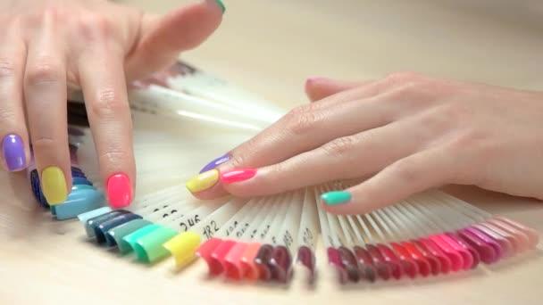 Zeitlupe Hände wählen Nagelfarbe.