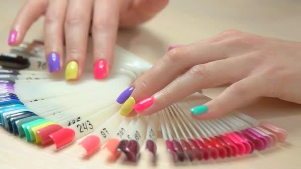 Hände wählen Nagelfarbe, Zeitlupe.