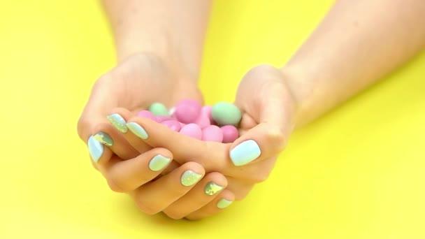 Kulaté bonbony spadajících do dlaně pomalý pohyb.