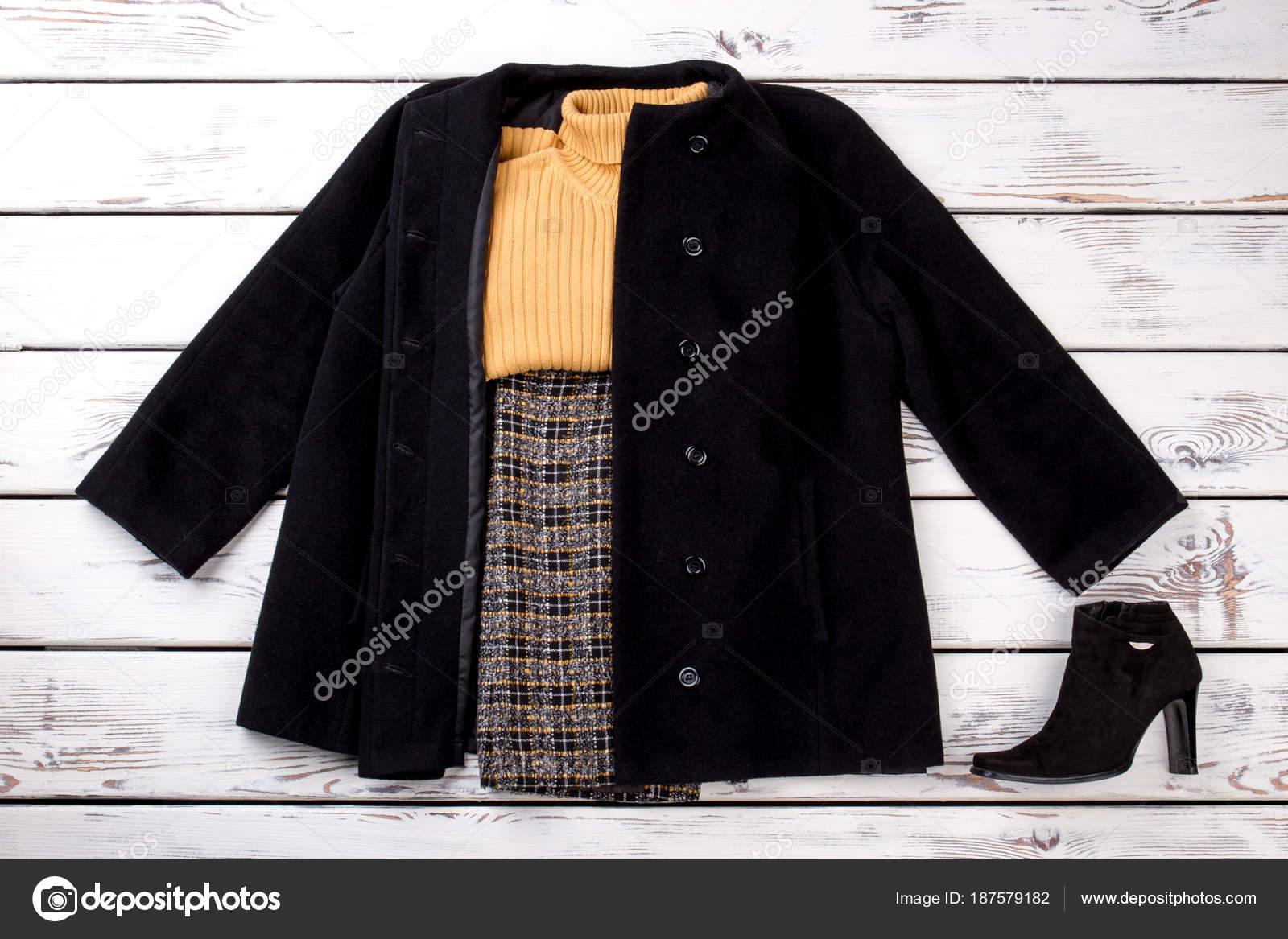 Attrezzatura di donne di inverno con maglione di lana giallo